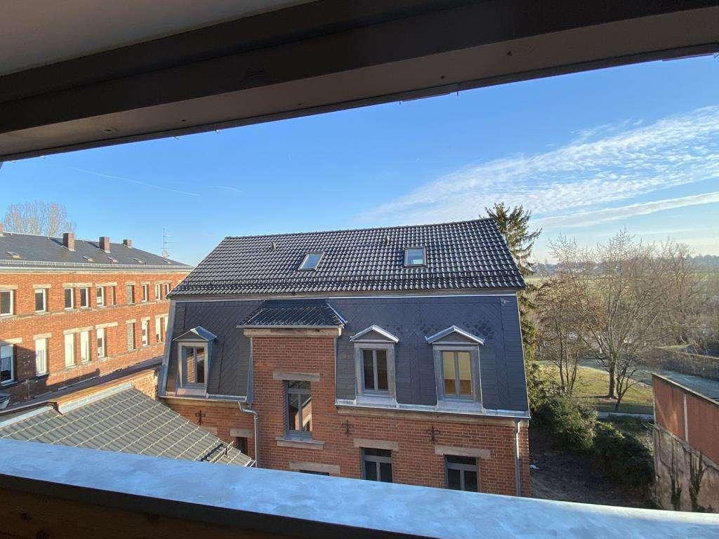 Große Loggia zum Wiesengrund: 2,5 Zimmer-Dachgeschoss-Wohnung direkt in der City in