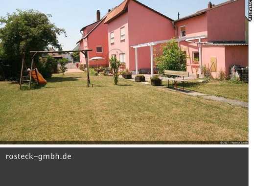 Zwei Häuser auf einem großen Grundstück