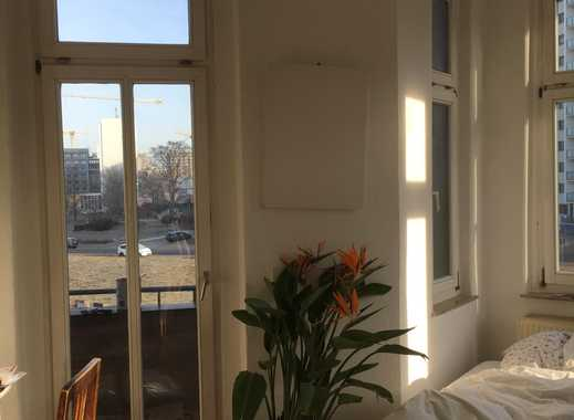 Großes helles Altbauzimmer mit Balkon in netter Studenten WG zu vergeben.