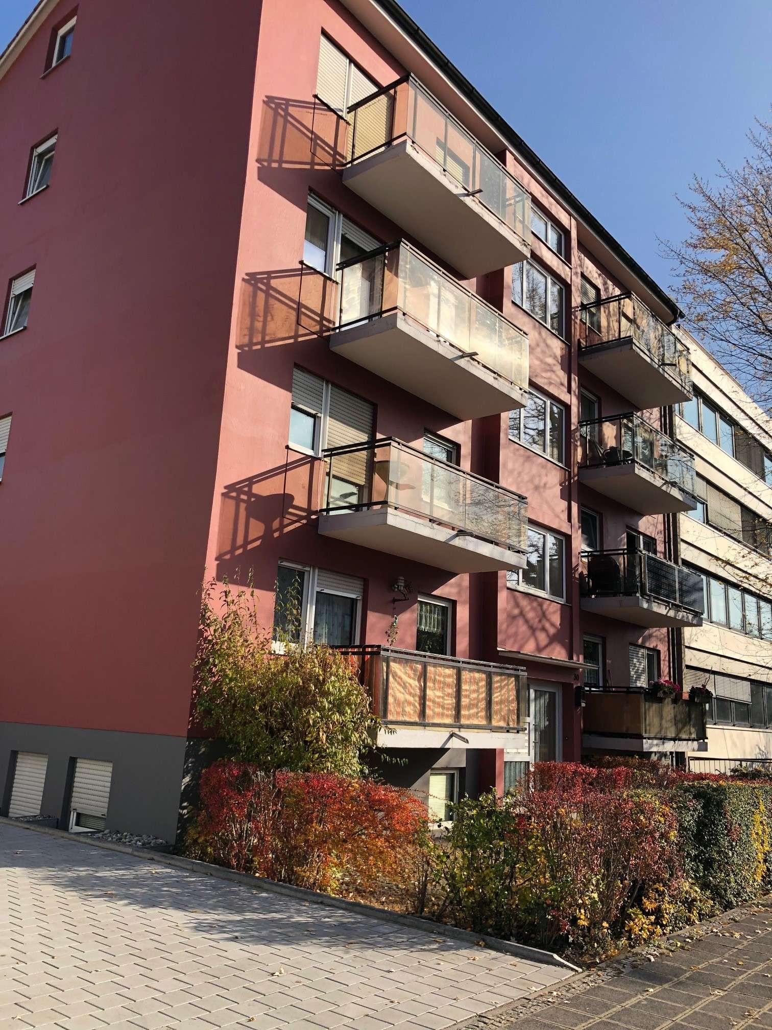 Stilvolle, vollständig renovierte 3-Zimmer-Wohnung mit Balkon und Einbauküche in Nürnberg