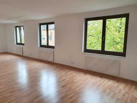 Zentral: große 3-Zi-Whg. im 1. Stock mit Balkon, etc., Bad/WC + Heizung neu, mit KFZ-Stellplatz! in Burglengenfeld