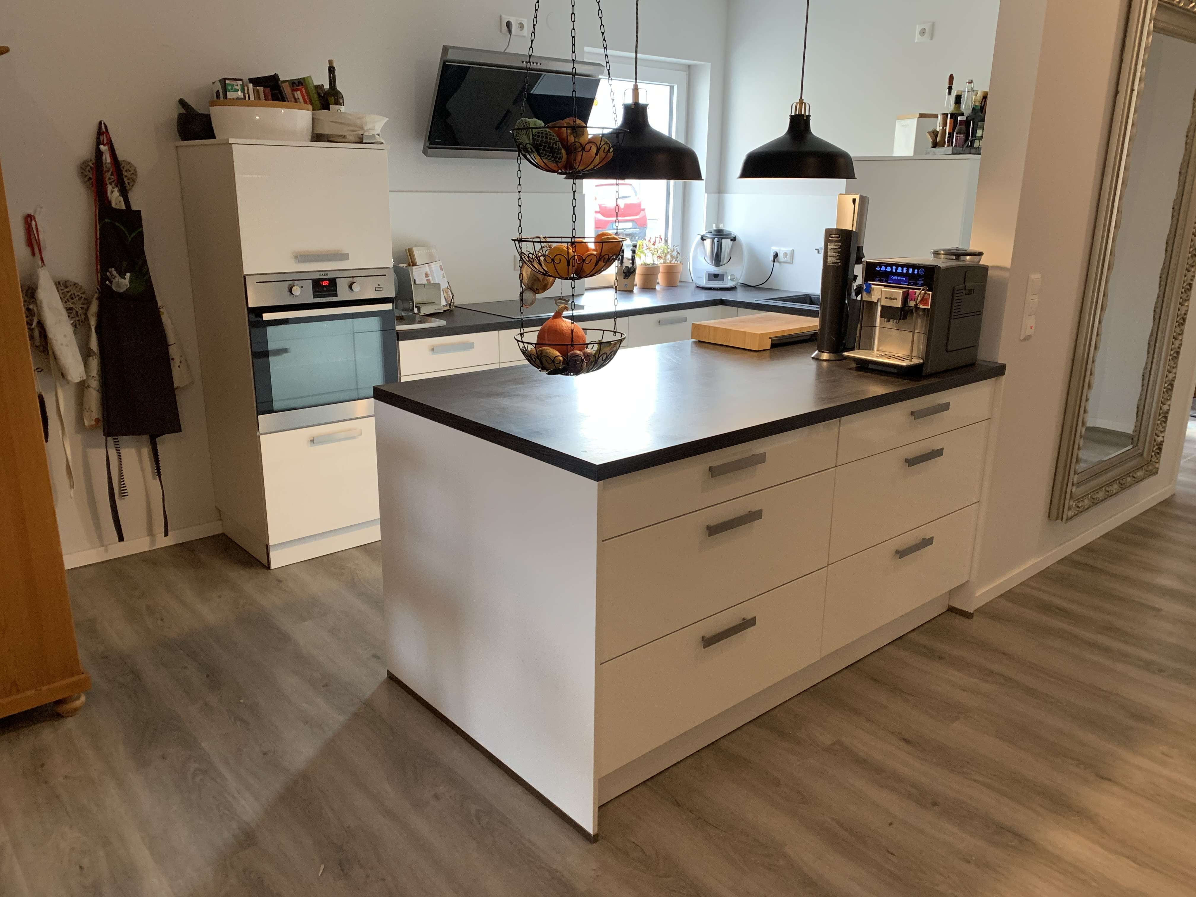 Neuwertige 4-Raum-EG-Wohnung mit Terasse und Einbauküche in Sennfeld in