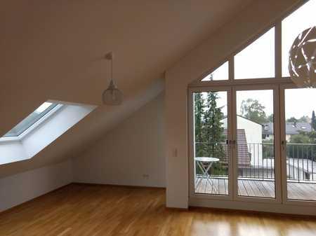 Neuwertige helle 2-Zimmer-Dachgeschosswohnung mit Südbalkon und neuer EBK in Poing in Poing
