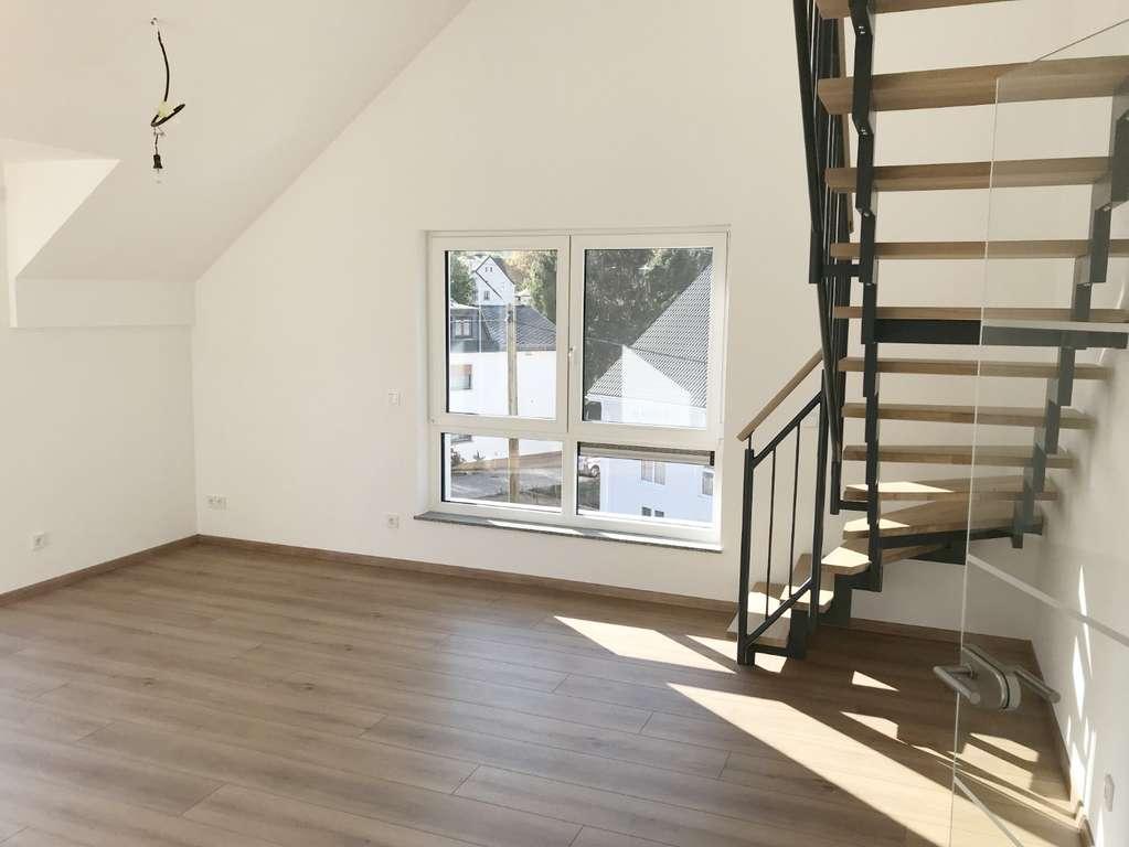 Wohnzimmer mit Galerietreppe