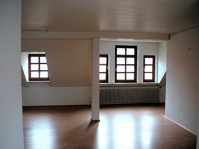 Neuwertige Dachgeschosswohnung mit zwei Zimmern und EBK in Fürth in