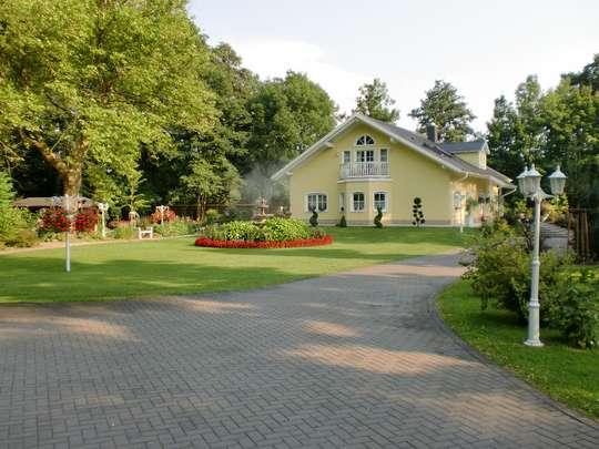 **Villa** traumhafte, exklusive Architektenvilla im eig. Park -19km bis Dessau u. 39km bis Magdeburg