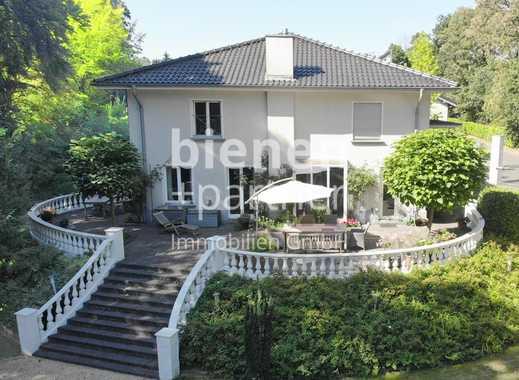 Moderne Villa mit klassischen Stilelementen auf großzügigem Anwesen