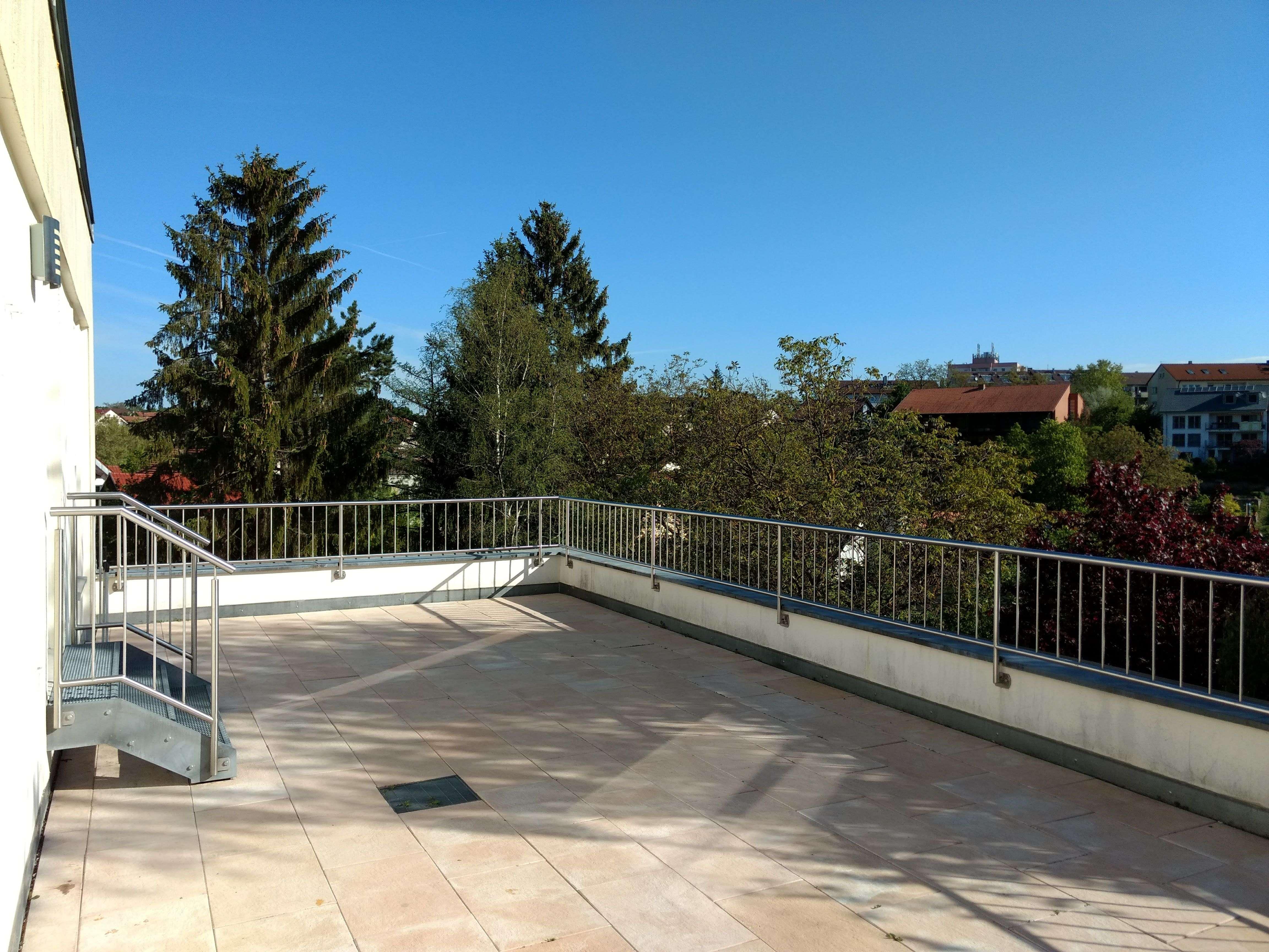 Vollständig renovierte 4-Zimmer-Terrassenwohnung mit Balkon und Einbauküche in Gerbrunn
