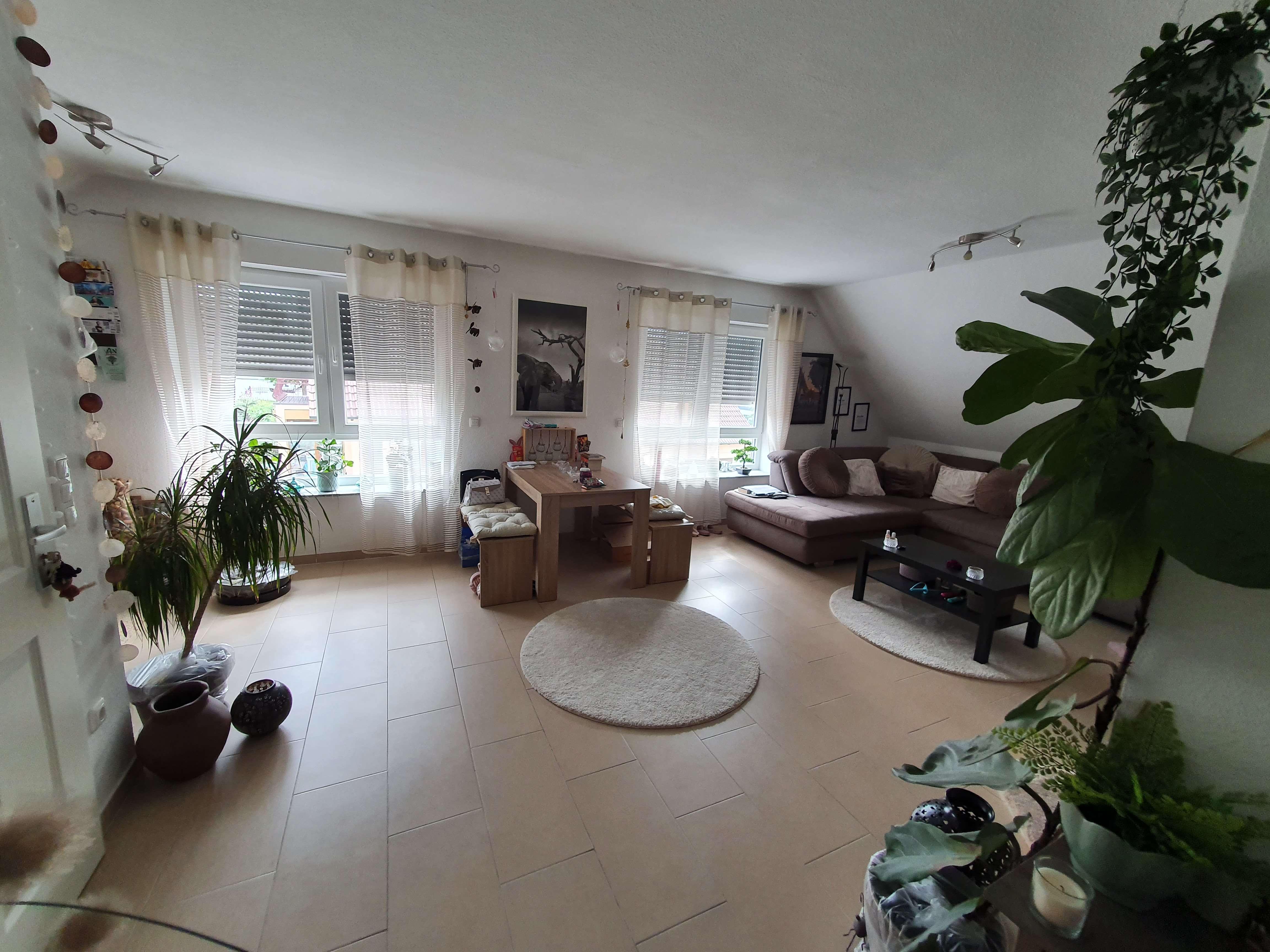 Neuwertige Dachgeschosswohnung mit drei Zimmern und Balkon in Großostheim in