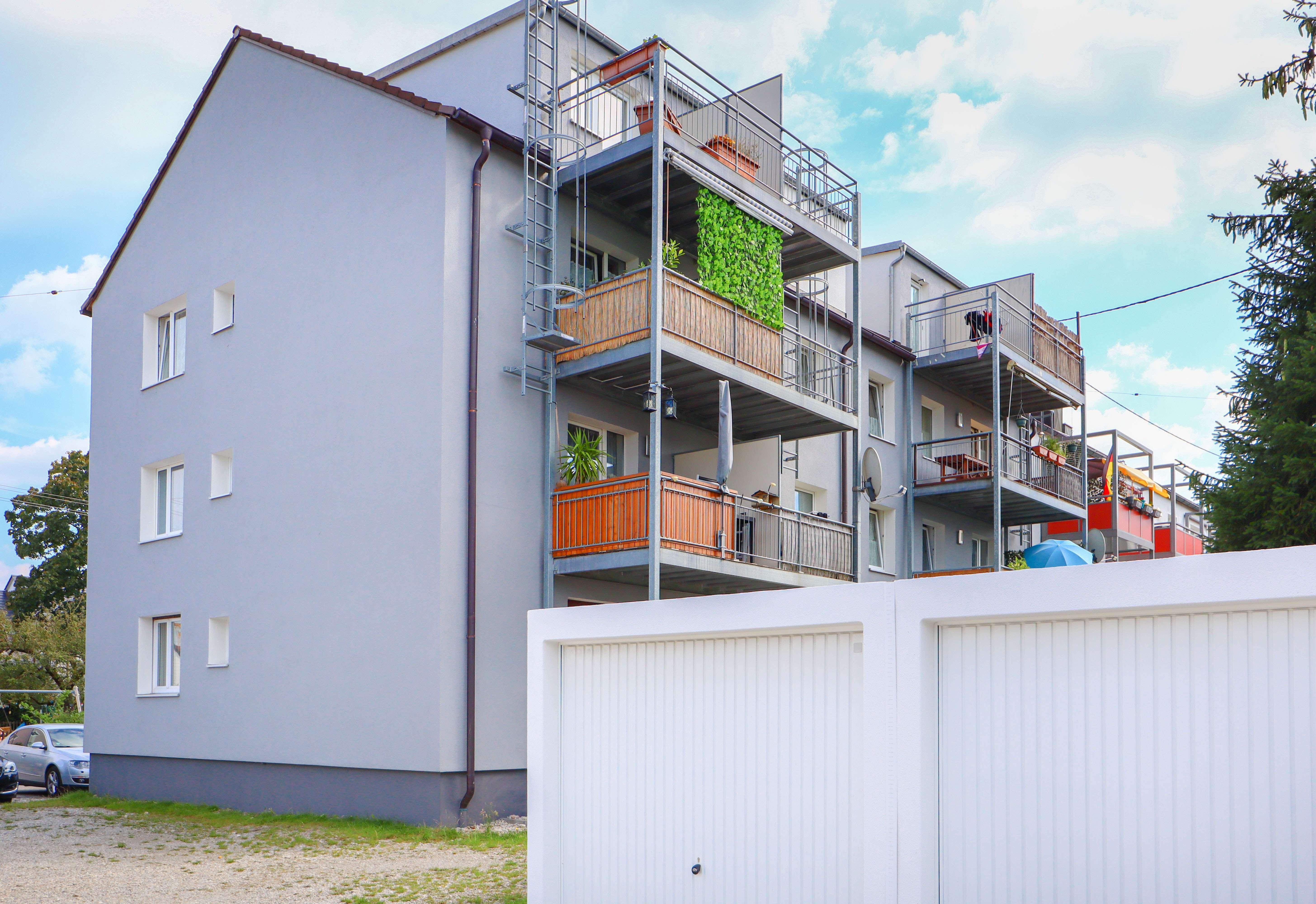 Frisch renovierte 2 ZKB - Wohnung mit 2 Balkonen, Garage & Weitblick! in