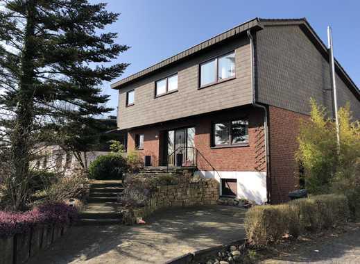 von privat: freistehendes Einfamilienhaus mit Einliegerwohnung, Garten, 2 Stellplätzen und Garage
