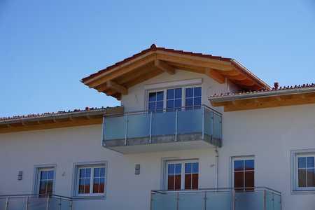 Erstbezug mit Balkon: freundliche 4-Zimmer-Dachgeschosswohnung in Tattenhausen in Großkarolinenfeld