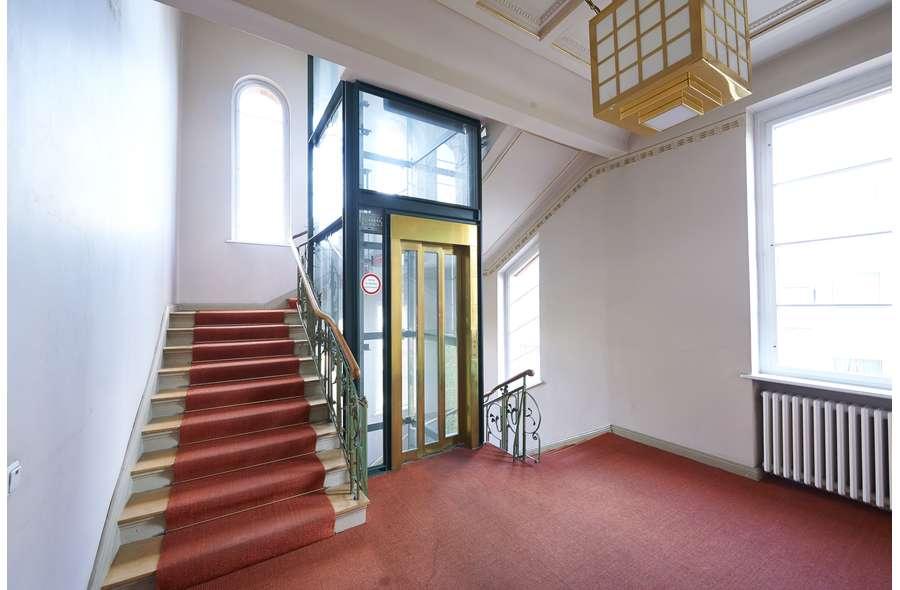 Treppenaufgang + Aufzug