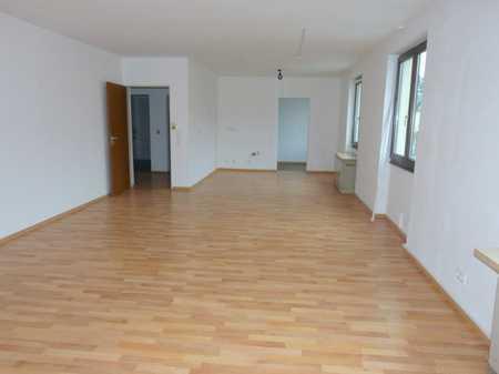 Angenehm und zentral Wohnen: große 3-Zi-Whg. im 1. Stock mit neuem Bad/WC, Balkon + KFZ-Stellplatz! in Burglengenfeld