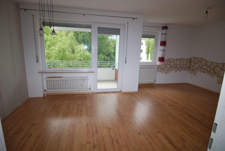 Helle 4-Zimmer-Wohnung mit Balkon und Einbauküche in Neustadt/Cbg., Nähe Schwimmbad