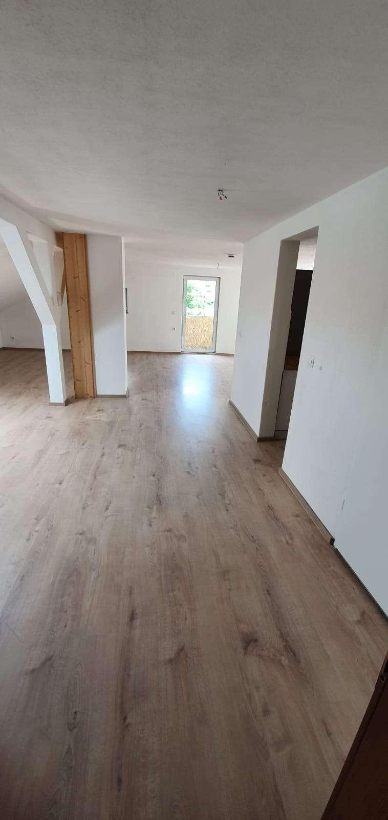 Vollständig renovierte 1-Raum-DG-Wohnung mit Balkon und Einbauküche in Neuhaus am Inn in