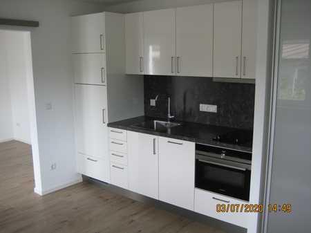Stilvolle, vollständig renovierte 2-Zimmer-EG-Wohnung mit Terasse und EBK in Isen in Isen (Erding)