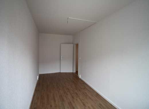 Erstbezug nach Sanierung / 2 Zimmer und ein großer Balkon. Wanne ? Klar ...
