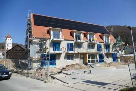 Schöne, sonnenverwöhnte 2 Zimmer Wohnung, Balkon, Laubengang. in Pommelsbrunn
