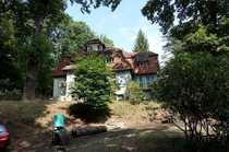 Zweifamilienhaus mit parkähnlichem Grundstück in