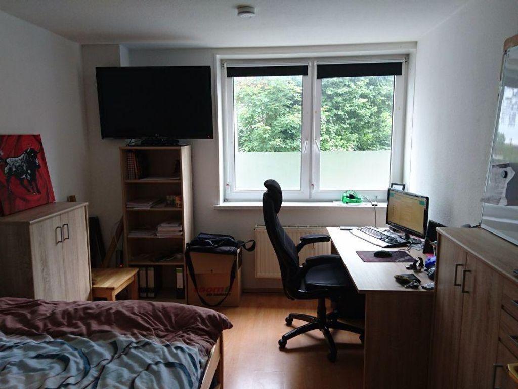 12qm zimmer in gro z giger 3 er wg. Black Bedroom Furniture Sets. Home Design Ideas