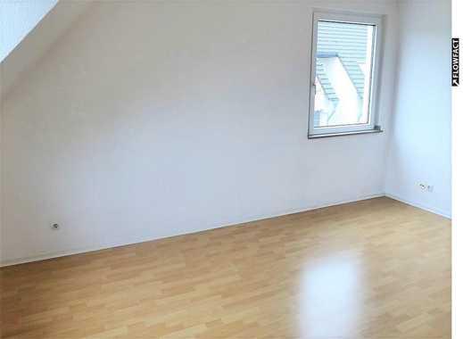 Gemütliche, kompakte 2-Zimmerdachgeschosswohnung mit Wannenbad, kleiner Wohnküche in ruhigem Haus!