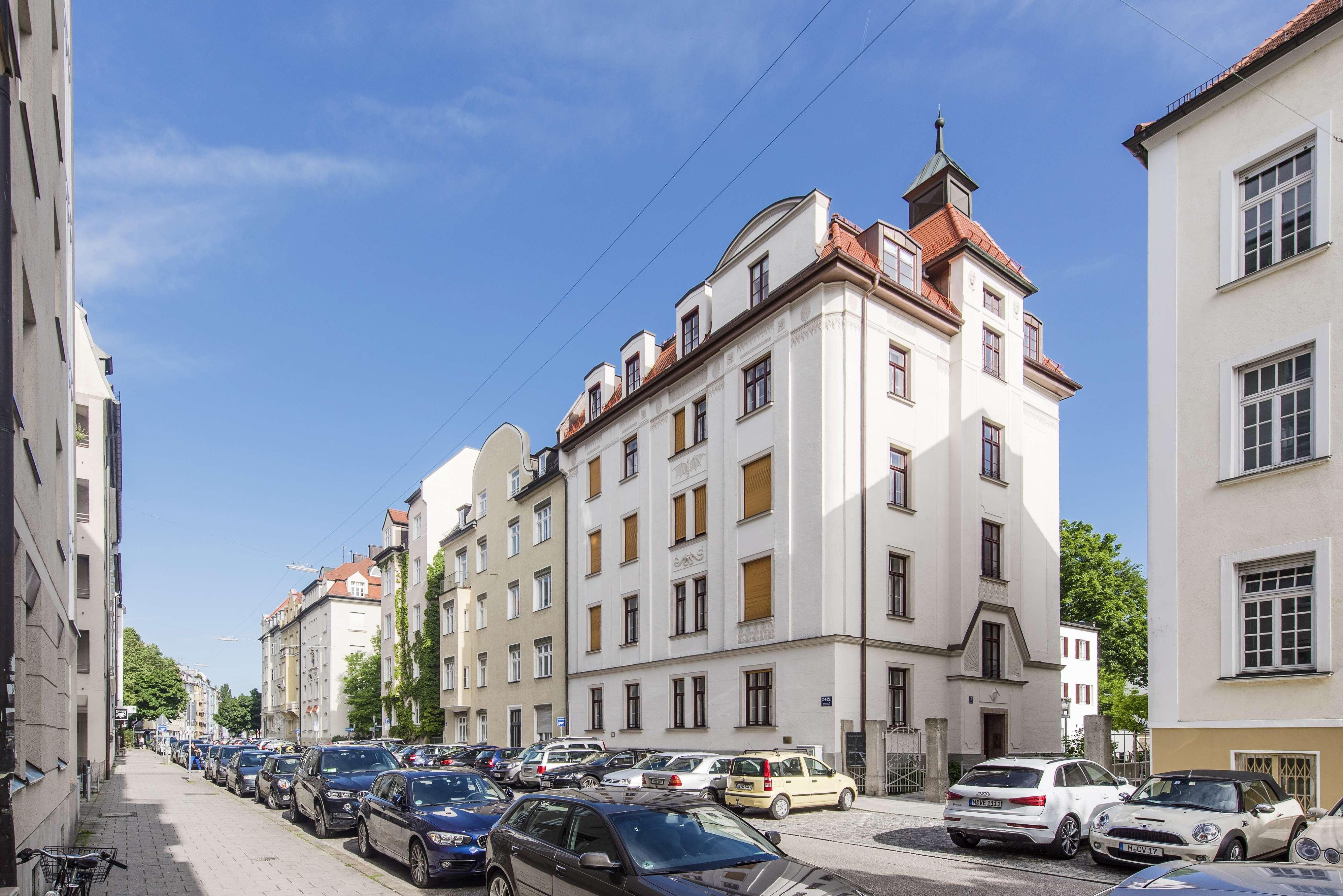 Herrschaftliche 5-Zimmer-Altbauwohnung mit 2 Balkonen in Schwabing