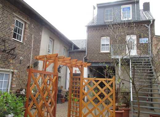 Ehemaliges Bauernhaus mit charmantem Innenhof, großer Scheune und sonnigem Garten !!!