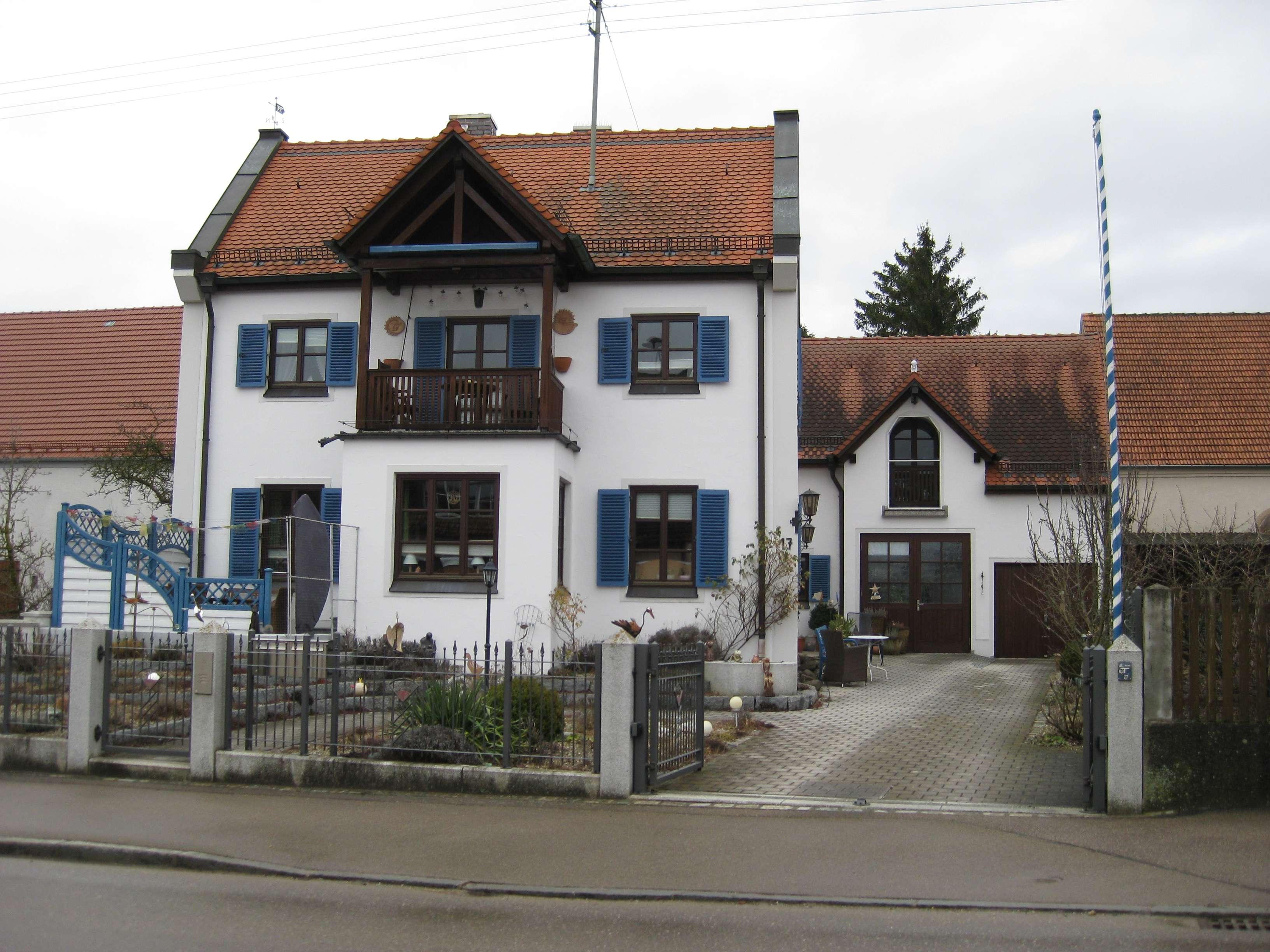 Gepflegte 2-Zimmer-Wohnung mit kleiner Loggia und EBK in Burgheim