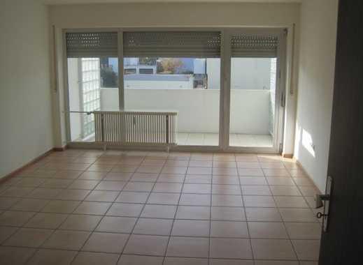 Attraktive 3-Zimmer- Wohnung m. EBK, Balkon,Garage, in zentraler Lage