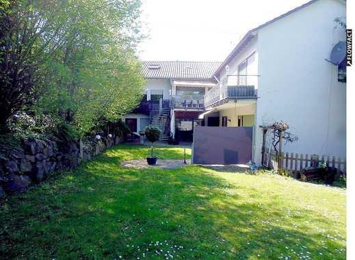 Gepflegtes Ein- bis Drei-Familienhaus mit Garten, 2 Garagen & 5 Stellplätzen in zentraler Lage