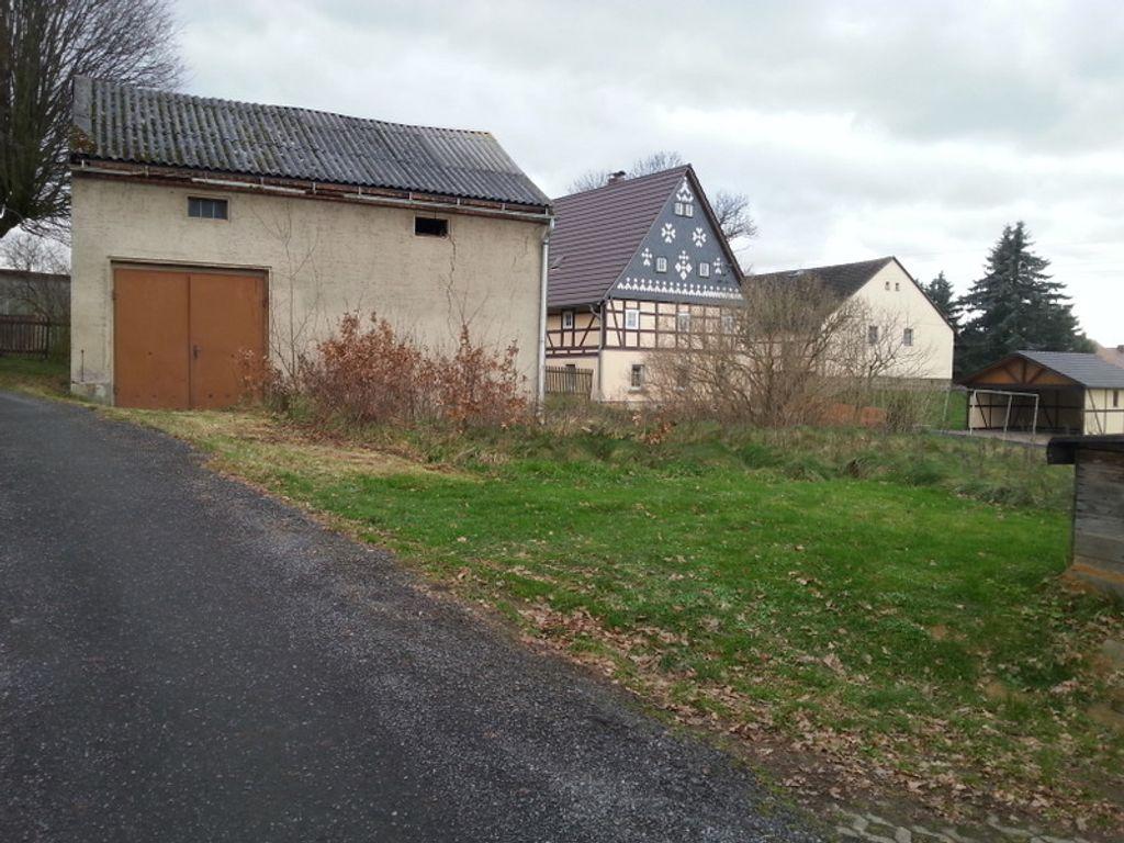 das Grundstück mit Garage
