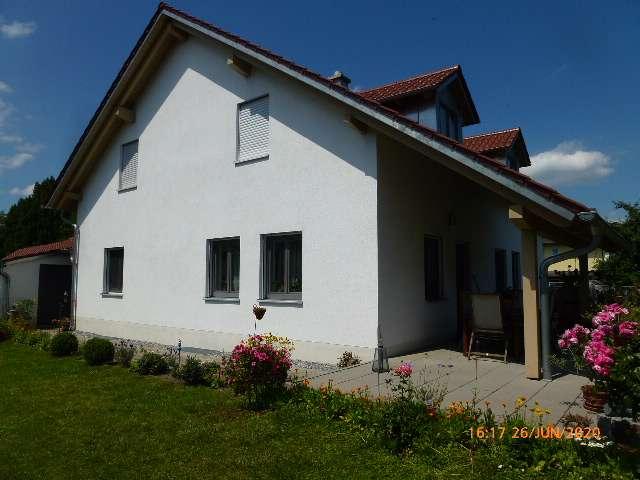Hochwertig ausgestattete Dachwohnung in ZFH mit Gartenanteil in