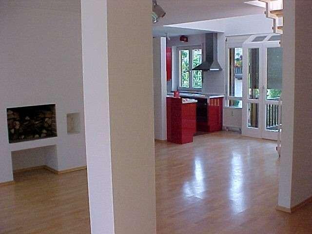 Galeriewohnung mit offenem Kamin, SieMatic-Designküche und 2 Balkonen