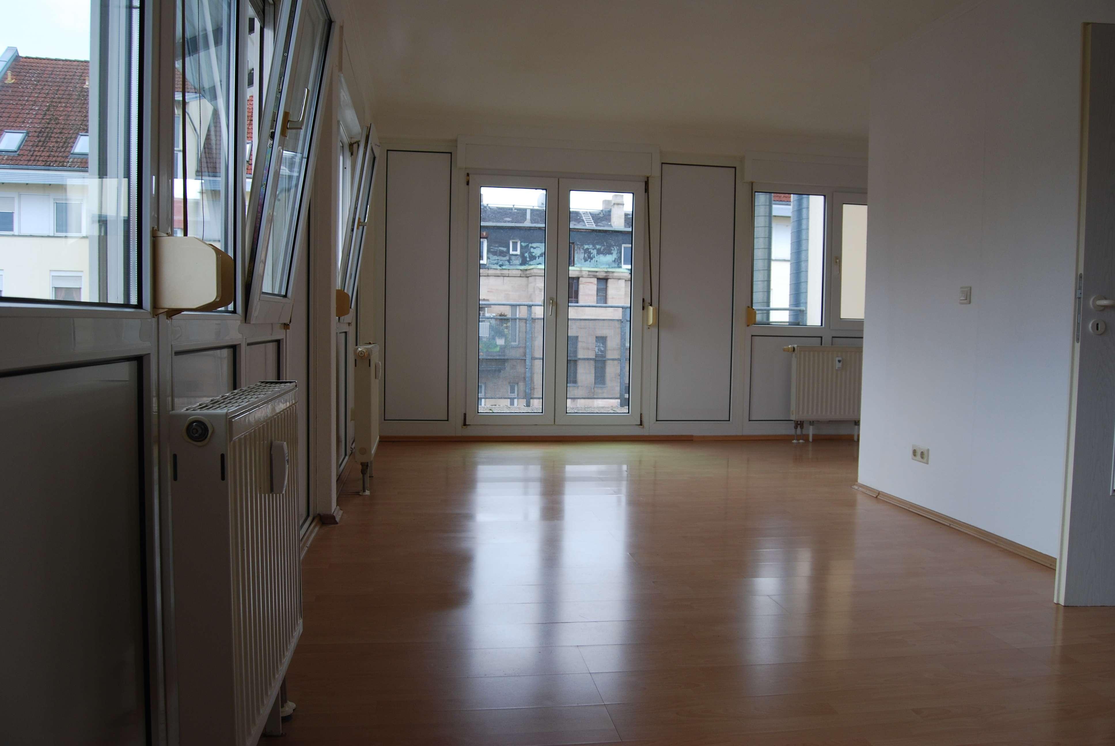 Sehr helle und gemütliche 1-Zimmerwohnung mit großer Terasse ! in Stadtpark / Stadtgrenze (Fürth)