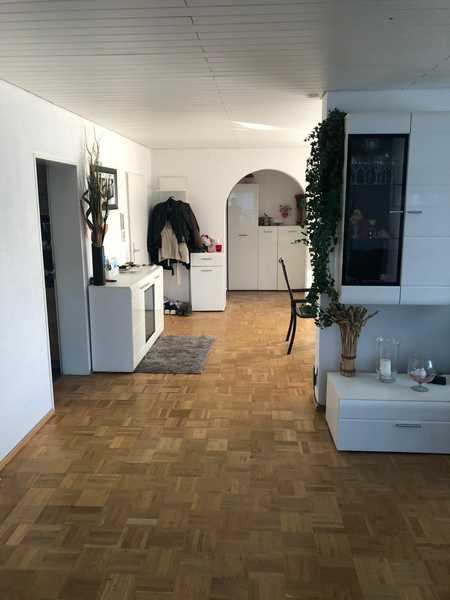 Vollständig renovierte EG-Wohnung mit vier Zimmern, Terasse und Gartenanteil in Neu-Ulm (Kreis) in Neu-Ulm (Neu-Ulm)