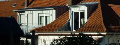 TOP 2-Zimmer-SINGLE-Dachgeschoß-Wohnung mit Einbauküche, Balkon, Keller und Garage im Zentrum nähe B