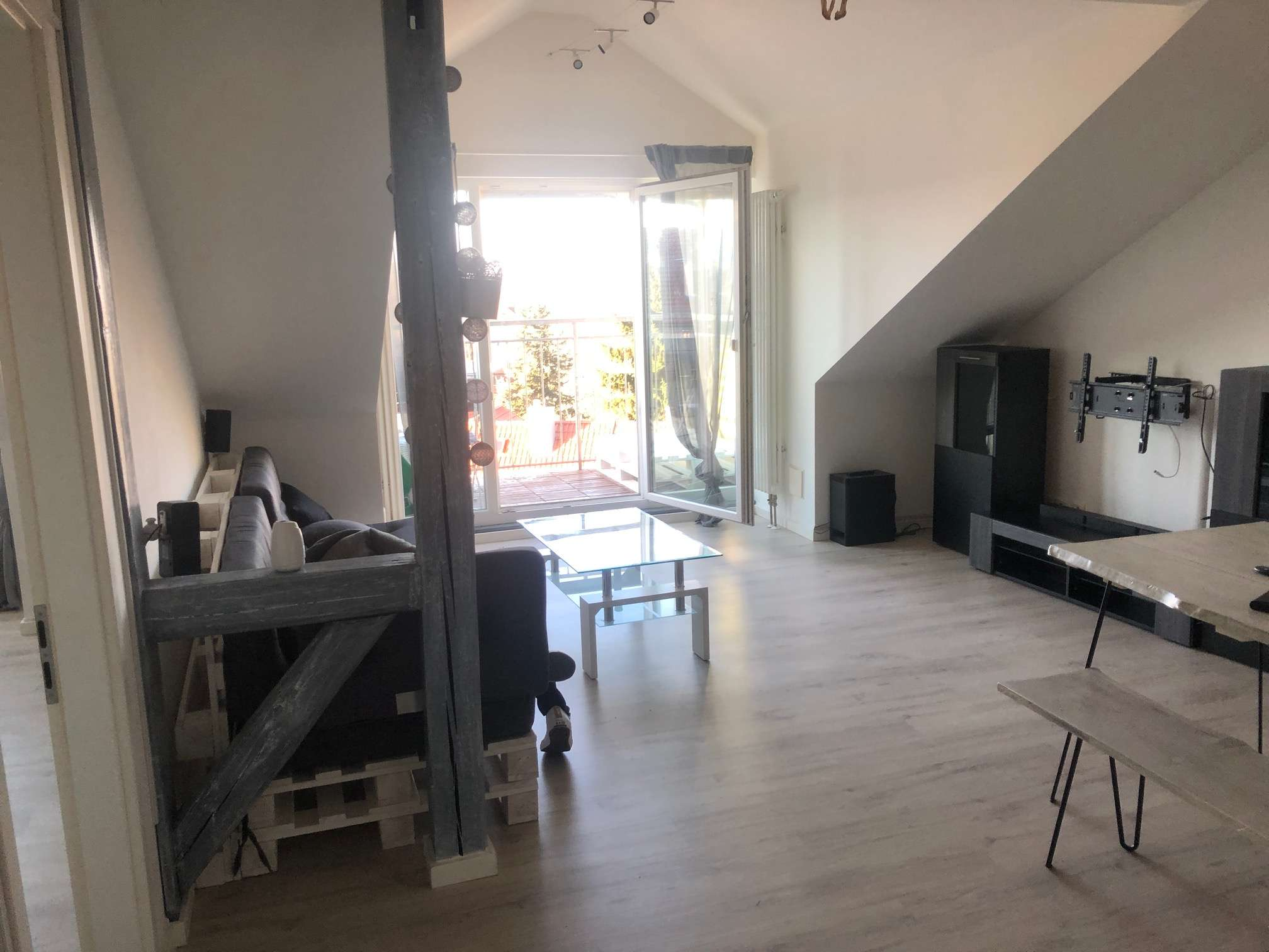 modernisierte 2-Zimmer-Dachgeschosswohnung mit Balkon und Einbauküche in Ansbach in