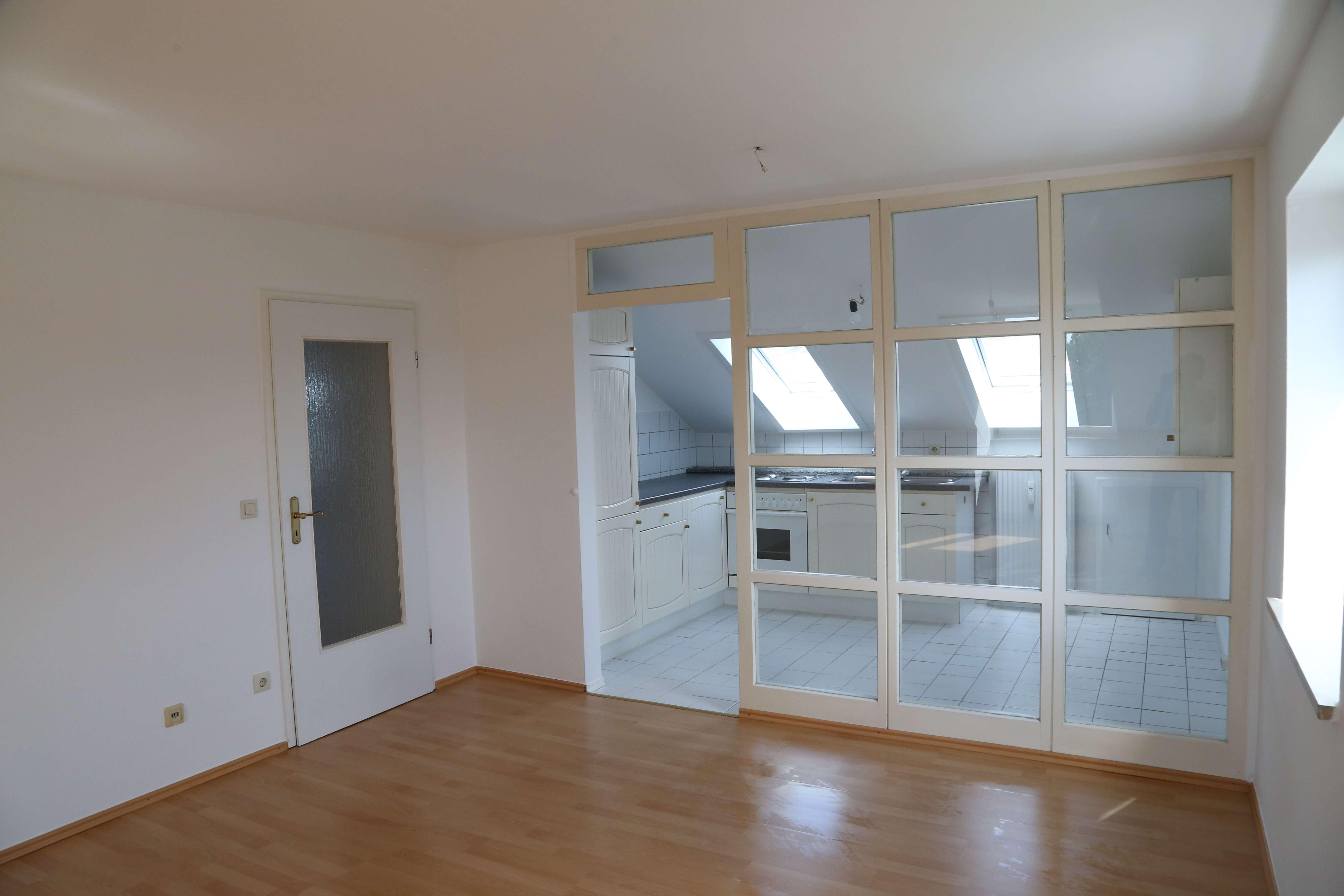 Neuwertige helle 2-Zimmer-Dachgeschosswohnung mit Einbauküche und Stellplatz