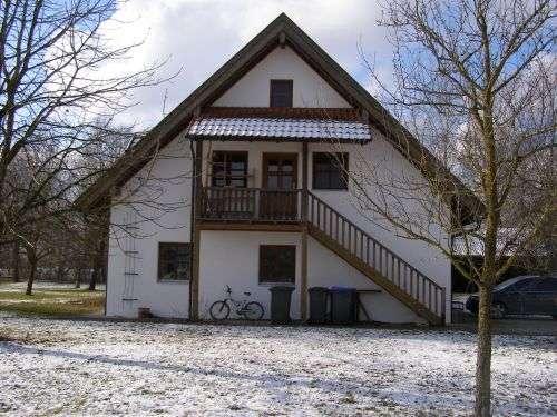 Schöne 1,5-Zimmer-DG-Wohnung mit Balkon und Einbauküche auf Biobauernhof bei Moosburg in Langenpreising