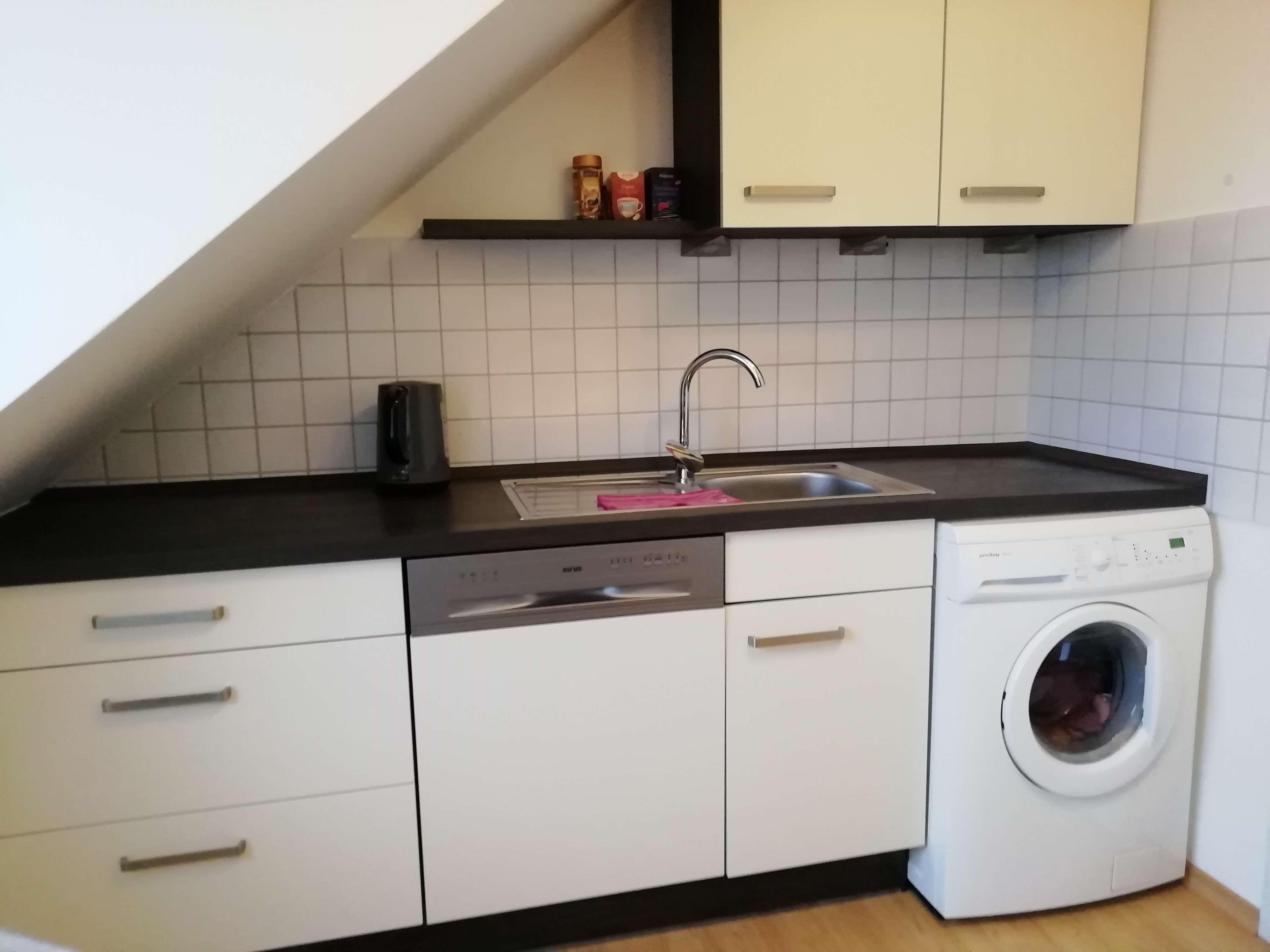 Gepflegte 2-Zimmer-DG-Wohnung mit Balkon und EBK in Manching in Manching