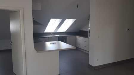 Exklusive, neuwertige 3-Zimmer-DG-Wohnung mit Balkon und Einbauküche in Oberbiberg in Oberhaching