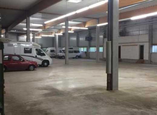 Große Garage Stellplatz Box in Halle für Fahrzeuge Oldtimer in Stuttgart Wolfschlugen