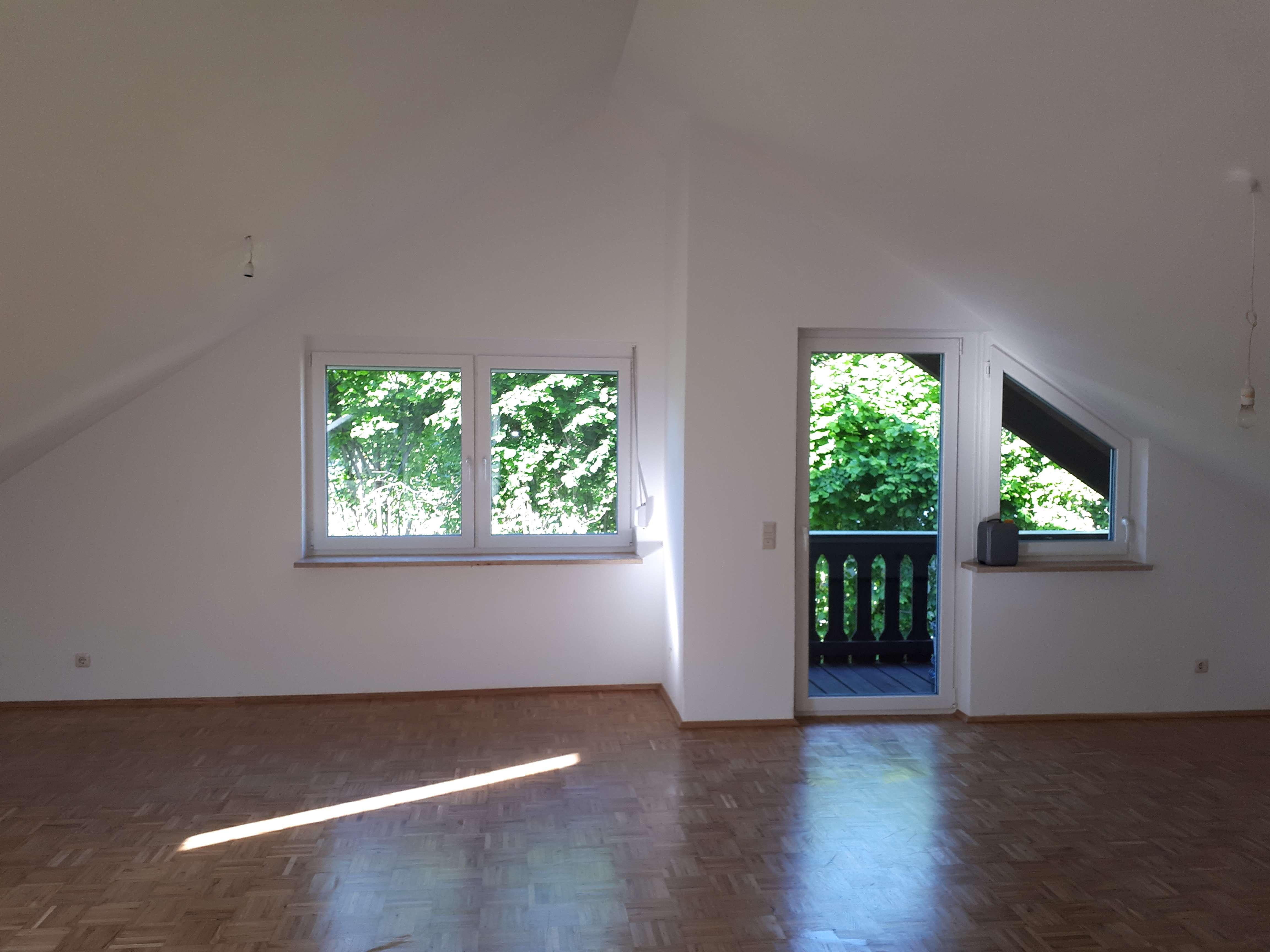Sanierte 3-Zimmer-DG-Wohnung mit Balkon und EBK in Unterföhring