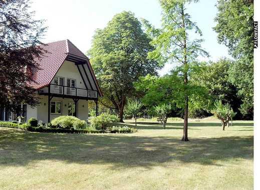Sehr großzügiges Ein- bis Zwei-Familienhaus mit Garagen & Stellplätzen auf parkähnlichem Grundstück