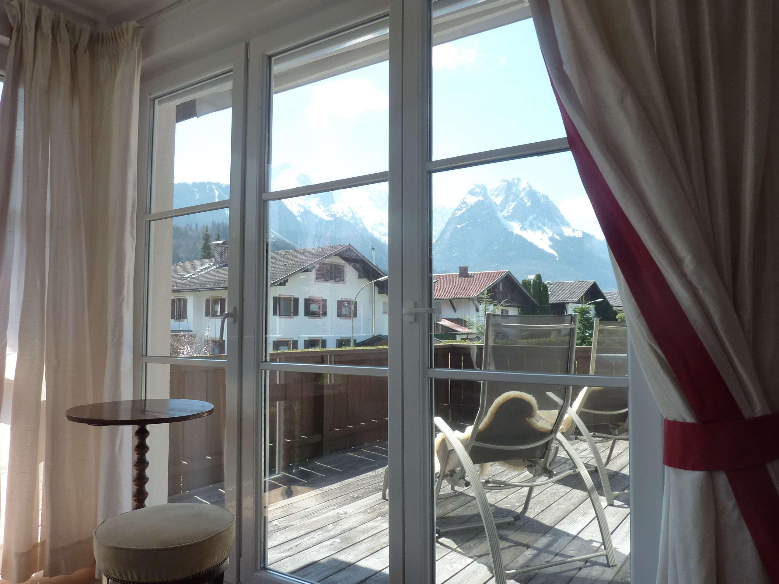 190qm: Traumhafte 3,5 Zi, Kamin, 2 Bäder, Balkone, 2erGarage, EBK, neuwertig, Garmisch
