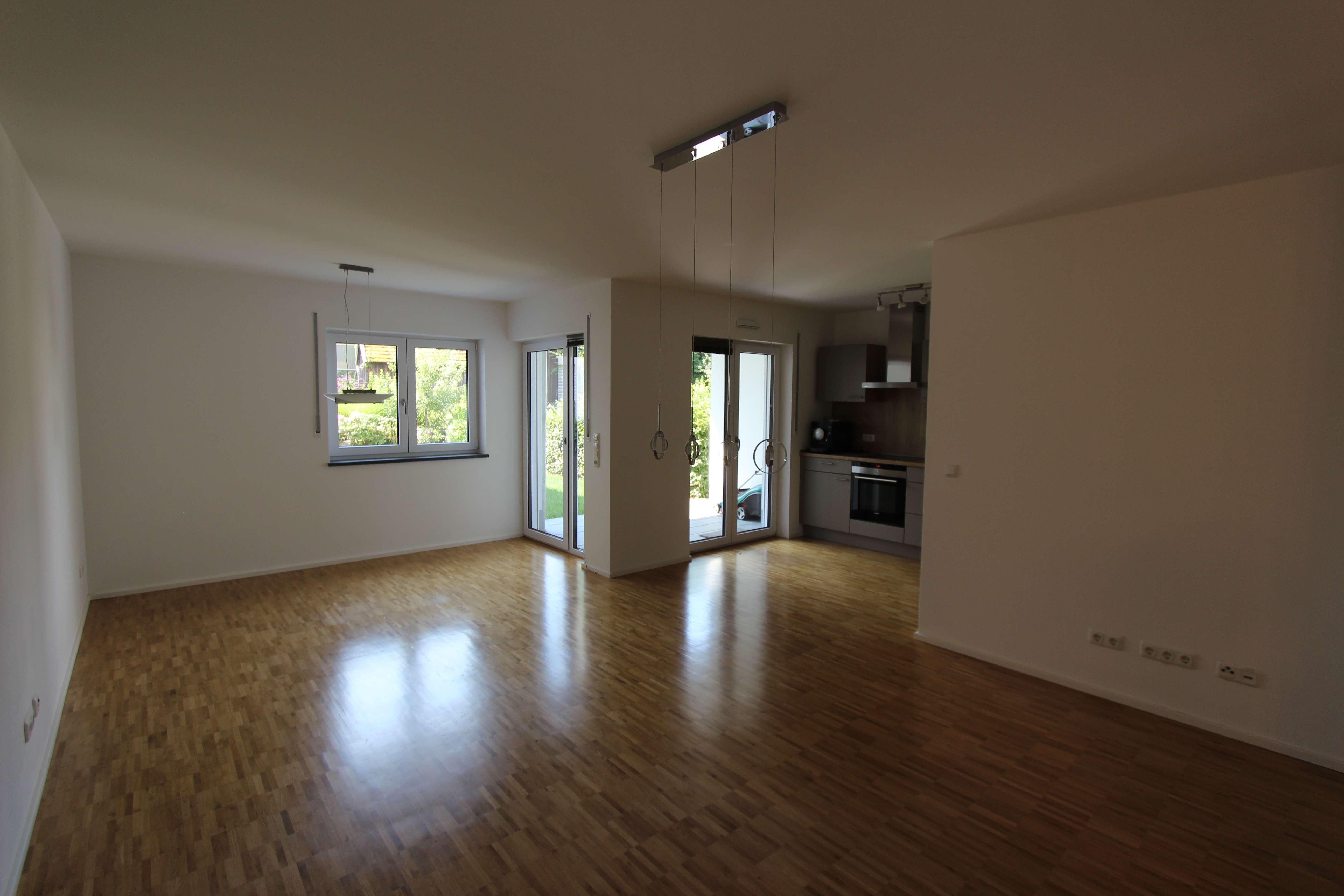 Neuwertige 3-Raum-EG-Wohnung mit Balkon und Einbauküche in Mitterfels in