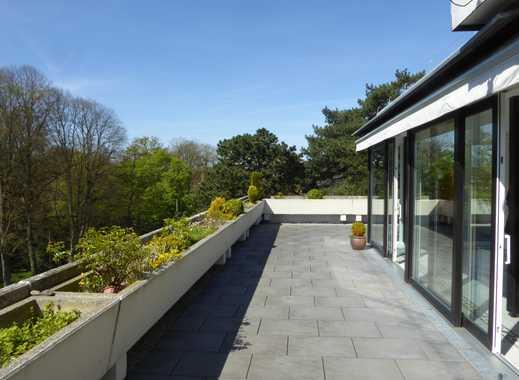 Sanierte 3,5-Zimmer-Penthouse-Wohnung mit Balkon und Einbauküche in Wilhelmshaven.