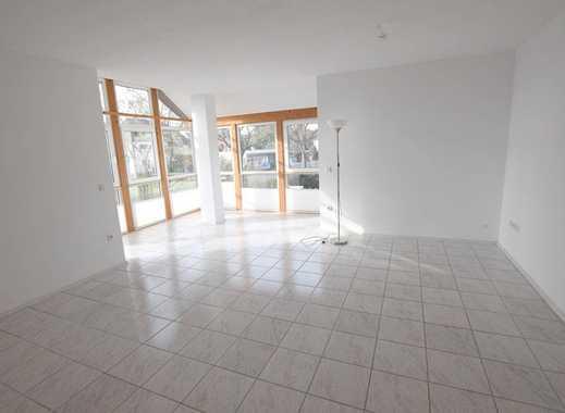 Helle und großzügige 3,5-Zimmer-Wohnung mit 2 Balkonen, Einbauküche und PKW-Stellplatz