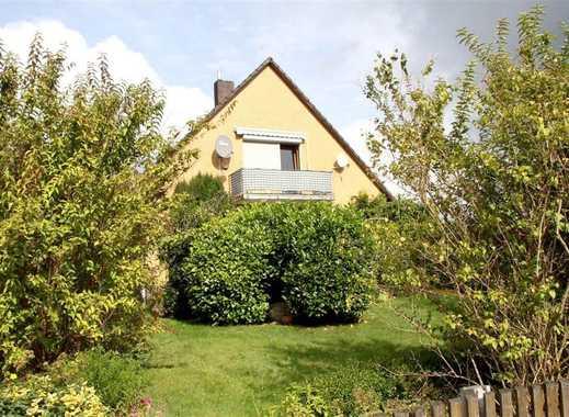 Günstiges 8 Zimmer Ein- bis -Zweifamilienhaus mit Kaminofen, Garten und Doppelgarage in ruhiger Lage